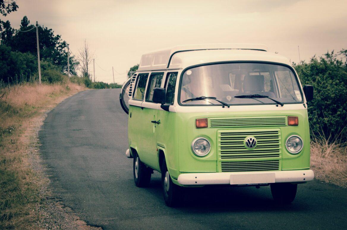 zielony bus na drodze
